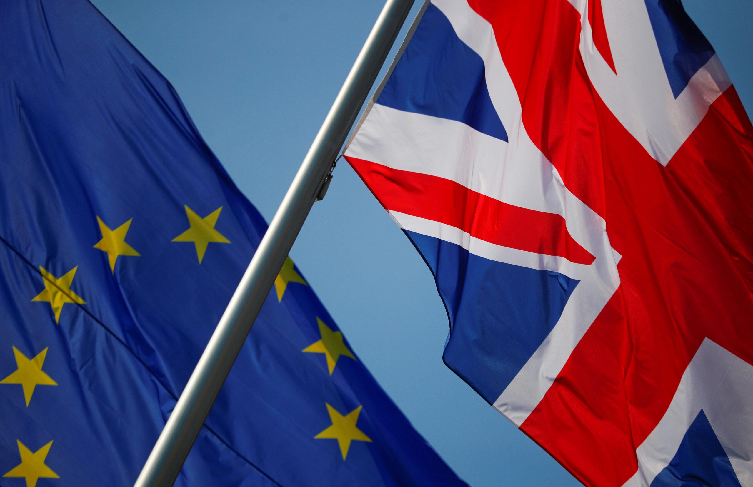 FOTO DE ARCHIVO. Banderas de Unión Europea y del Reino Unido ondean en Berlín, Alemania. 9 de abril de 2019. REUTERS/Hannibal Hanschke